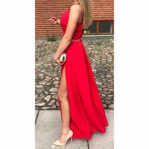 Röd balklänning  använd 1 gång Storlek 34  Kan även sälja väskan om man är intresserad!    Vid fler frågor kontakta mig!