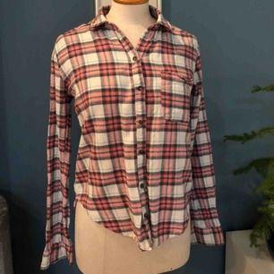 Skön flanellskjorta i bra skick. Frakt 59kr:)
