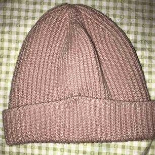 Säljer denna rosa mössa, använd under en vinter. har tvättat den en gång och kvaliten är fortfarande bra. Jättefin färg💗