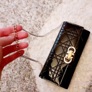 Otroligt snygg svart lackplånbok/clutch med många fack o gulddetaljer på framsidan-samt en silvrig avtagbar kedja inuti, viket gör att den går att bära som en liten väska🧡Frakt: 59:- postens M-emballage