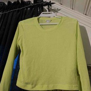 Neon tröja som är precis som ny! Färgen i verkligheten är mer neon än vad den är på bilderna. Frakt tillkommer