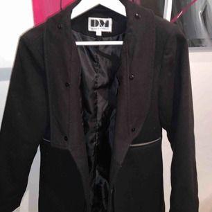 Hajjjjj Säljer min fina kappa från Dennis Maglic i storlek S, den är knappt använd. Köpte den för 1399 kronor säljer den nu för 800 kronor. De fattas en fejk päls krage därför de nya priset.  Kan mötas upp i Stockholms området ;)