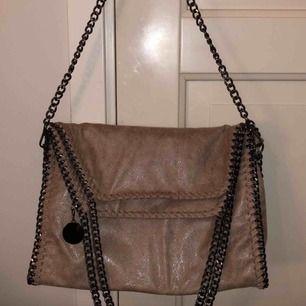 Säljer min fina Stella McCartney inspirerande väska som tyvärr inte kom till användning. Köpte väskan förra året och har knappt använt den. Väskan har inga tecken på användning och är i mycket gott skick! Väskan kan användas till mycket: skolväska, etc.