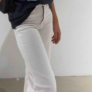 Säljer dessa vita jeans i modellen wide leg!Säljer även exakt likadana i blå och i samma storlek så vid intresse vid dom blå så kan ni skriva till mig privat och då skickar jag bild på dom!