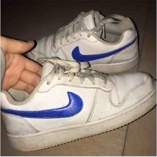 Snygga sneakers från Nike,handmålat blått. Använda men i bra skick