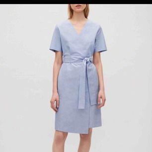 Superfin klänning från COS. Aldrig använd med prislapp kvar.
