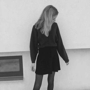 Finaste kjolen som passar till allt!! Älskar denna men har för många svarta kjolar haha!🥰 Superfin till sommaren eller med strumpbyxor💞💞💞