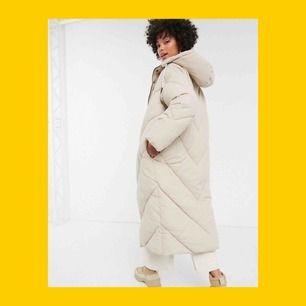 Säljer min fina vinterjacka från Monki då jag köpt fel storlek.  Svart, strl S. Oversize i modellen. Den är väldigt populär och slutsåld online & i alla butiker. Nyskick!