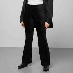 Weekday Ada velvet trousers, svarta utsvängda byxor i sammet använda två gånger och är som nya. Supersköna och stretchiga. Möts upp i Stockholm eller skickar mot frakt!