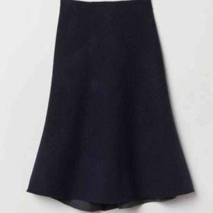 """Mörkblå """"flis kjol"""" från h&m studios ss 2018 Storlek 38 (passar dock mig som är mer en 36a) Material 77%wool, 23% polyester, väldigt sparsamt använd, inget att anmärka på (en av bilderna är lånad från h&m)"""