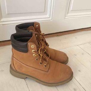 Vattentäta timberlands. Använda fåtal gånger. Finns en reva i tyget på insidan av skon i hälen men det är inget som känns när man använde skorna. Köparen står för frakt eller hämtas i Uppsala.