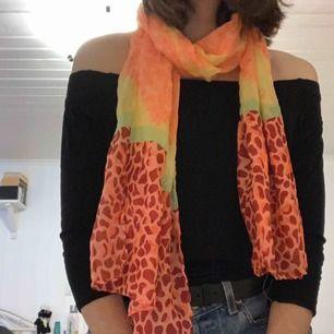 Färgglad scarf i ett väldigt tunt tyg. Lite sliten, flertal sömmar är sönder, men går att använda. Ca. 170x 45cm. Frakt tillkommer. Kontakta mig gärna vid frågor🥰 (tröjan på bilden går att köpa)