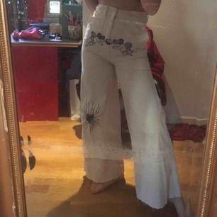 vita högmidjade utsvängda jeans med avklippt kant, med detaljer jag ritat på med vattenfast penna, sparsamt använda, super sköna och inte stela alls, säljer eftersom ja knappt använder dom
