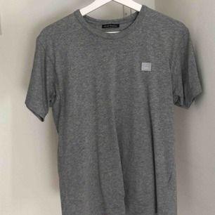 Snygg t-shirt från Acne studios! Väldigt snyggt plagg och i bra skick. Ordinarie pris: 999:-