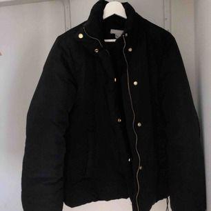 Super snygg puffer jacket från H&M. Guldiga detaljer. Varm under vintern och bra skick! Ordinarie pris: 599:-