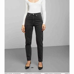 Lash mom jeans från Weekday, aldrig använda! Säljer pga fel storlek. Kan skicka eller mötas i Stockholm!