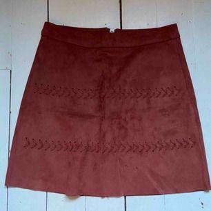 Kjol från Gina Tricot. Imitation av mocka i en kopparröd färg.  Storlek :XS  ⭐️Köparen står för frakten⭐️