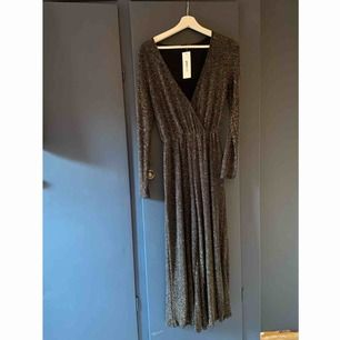 Glittrig byxdress från Gina Tricot 🤍 Helt ny, aldrig använd.  Storlek: XS   -köparen står för frakt