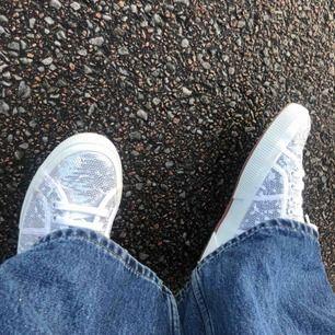 Säljer ett par as feta glittriga skor!!✨ I skon står det att det är storlek 39, men jag har storlek 37-38 & vill påstå att dem sitter som 38! Aldrig använda, endast provade! 200 + frakt!! Checka min profil!