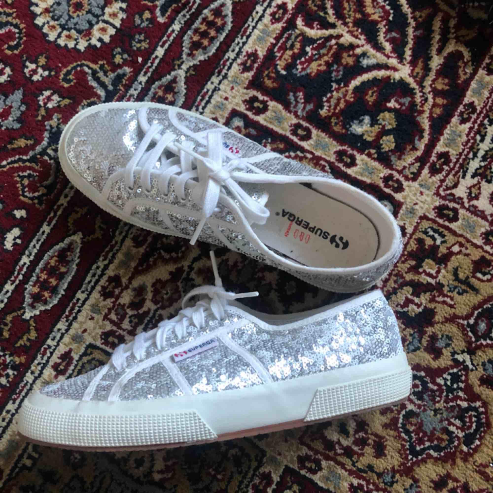 Säljer ett par as feta glittriga skor!!✨ I skon står det att det är storlek 39, men jag har storlek 37-38 & vill påstå att dem sitter som 38! Aldrig använda, endast provade! 200 + frakt!! Checka min profil!. Skor.