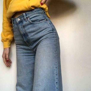 Weekday Ace jeans i färgen wow blue! Avklippta, går till ankeln på mig som är 1,69! De har en liten slitning i sömmen som syns på sista bilden! De är lite missfärgade vid knappen pga ett skärp som färgade av sig. Du betalar frakten annars möts vi i Sthlm!