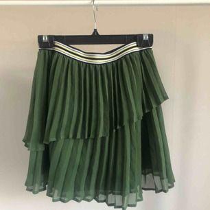 Superfin plisserad kjol säljes pga kommer ej till användning :/ aldrig använd!💚 100kr + frakt!