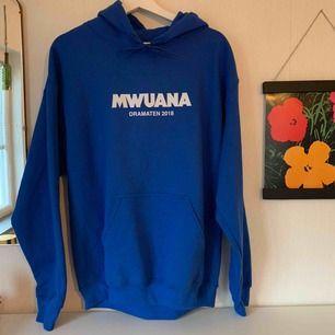 En blå Mwuana hoodie, mysigt material och fint skick. En stor ros på baksidan 🌹