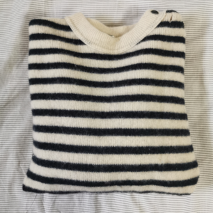 pure wool. världens finaste och gosigaste ull jumper! tillverkad i frankrike och köpt på en vintage butik i london! passar alla storleker beroende på hur du vill att den ska sitta.