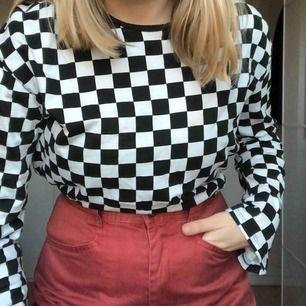 Supersnygg tröja med trendigt checkerboard mönster i svartvit! Jätteskönt material. Något croppad. Vida ärmar. Hör av dig för fler bilder eller vid frågor