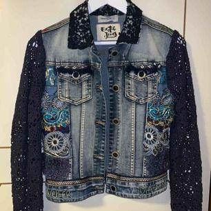 En annorlunda och cool jeans jacka med massa detaljer i olika material. Ärmarna är virkade med muddar längst ned. Skriv för mer bilder. Högsta bud gäller