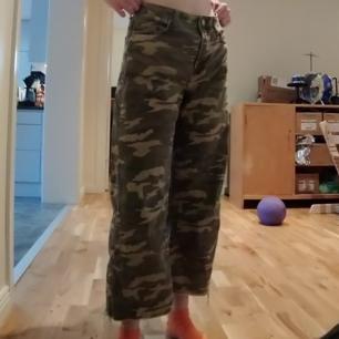 frakt ingår i priset! tror jag köpte dessa byxorna på hm men är inte säker. har haft de i typ två år men inte använt de så mycket. jeansaktigt tyg tror jag. jag fick f i syslöjd