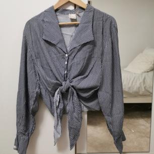 jättesöt vintage blus köpt på plick men har tyvärr bara suttit runt, fråga gärna ifall du vill se fler bilder ❤️