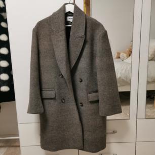 hekt ny kappa från weekday! super trendig och chic 🌪️ orginalpris är 1500 kr. passar flera storlekar.