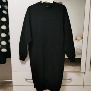svart jumper klänning med fickor och fina detaljer från monki! nyskick 🥰