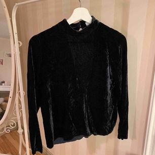En fin mörkblå sammetströja från Samsøe Samsøe, sömmen ner till har lossnat men går enkelt att sy dit! 82% Viskos 18% Silke Pris: 75kr