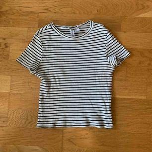 Kort tshirt köpt på H&M. Passar både XS/S då den är stretchig. Frakt tillkommer på 42kr