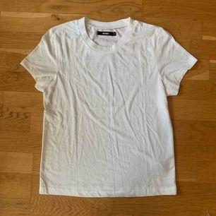 Helt vanlig vit tshirt köpt på Bikbok. Aldrig använd, så nyskick! Frakt tillkommer på 42kr.