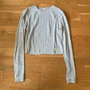 Cropped tröja med lite längre ärmen från Urban Outfitters. Köpt i London förra året. Knappt använd. Frakt tillkommer på 42kr.