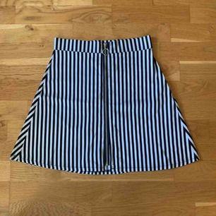 Kjol köpt på en vintage affär, Rokit i London förra året. Då det inte riktigt är min stil är den bara använd en gång. Som ny! Frakt tillkommer på 42kr.