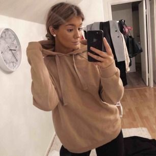 Snygg beige oversized hoodie ifrån gina Tricot