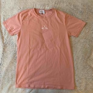 Säljer denna fina t-shirt. Använd två gånger, så den är i toppskick. Frakt tillkommer på 42kr.