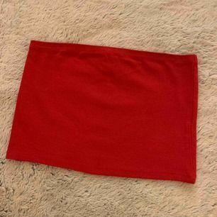 Röd topp köpt på Newyorker, använd en gång. Frakt tillkommer på 42kr.