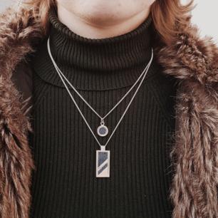 Runt hänge 429 kr, rektangulärt hänge 549- med kedja    Jeanius UF handtillverkar nyanserande smycken av silver och återvunna jeans, syftet är att uppmärksamma om de resurser som går åt för att tillverka ett par jeans. Men även kunna ge er stilrena unisex smycken som passar alla tillfällen.  5% av vinsten går till Unicefs vattendonering för rent vatten
