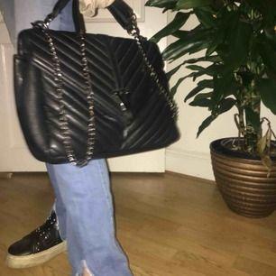 Snyggaste väskan med ysl imitation!! Sååå fin verkligen👌👌🥺🥺 kedjan går att ta av vilket är såå nice!👊⭐️