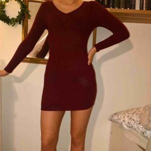 Vinröd miniklänning från Mango! Tvärribbad, se andra bilden. Modellen är 174 därav lite kort på henne.