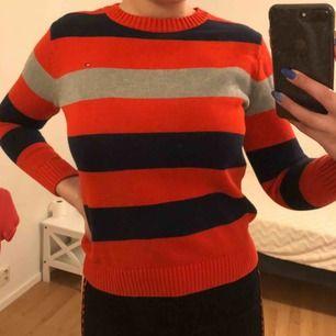Randig tröja från Tommy Hilfiger. Storlek XL i barn dvs passar ungefär 13-16 år! Sparsamt använd i fint skick💕