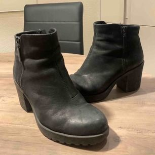 Vagabond stövlar i stl 39 köpt på Trampolin. Lite slitna som ni ser på sista bilden men knappt något man lägger märke till. Annars väldigt stiliga skor. Frakt tillkommer.