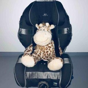 Graco Bältesstol Affix Stargazer är en praktisk och säker bilstol för barn. Det höga ryggstödet samt de kraftiga sidostöden ger komplett stöd.   Färg: Svart.