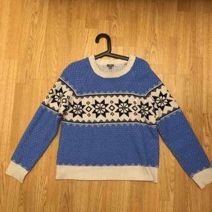 Superfin babyblå tröja i vintermotiv! Mysig och perfekt inför snön som snart är här :)