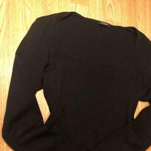 Snygg svart tröja med rund krage, knappt använd.